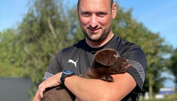 NYTT FAMILIEMEDLEM: Hunden Tikko hadde bare vært en del av familien i to uker før det utenkelige skjedde. Her er Martin Pedersen med den lille valpen i armene. Foto: Privat