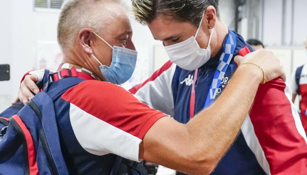 SEIERSKLEMMEN: Gjert og Jakob gir hverandre en klem etter OL-løpet.Foto: Lise Åserud / NTB