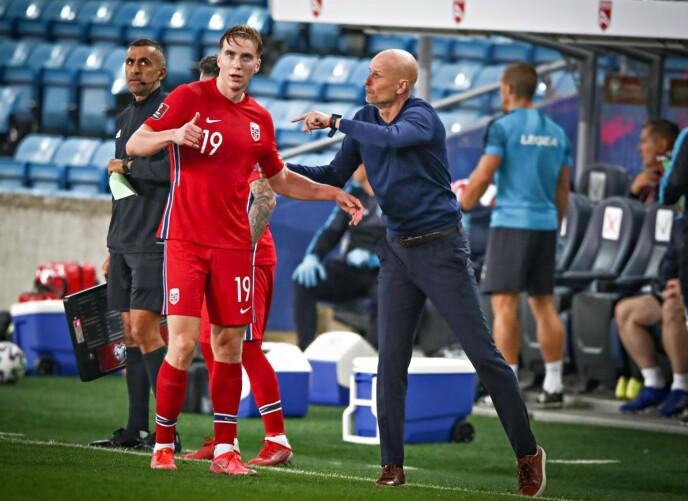 BESKJEDER: Trener Ståle Solbakken gir Kristian Thorstvedt beskjeder underveis i kampen mot Gibraltar. Foto: Bjørn Langsem / Dagbladet