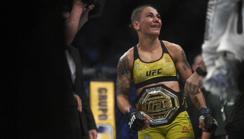 MESTER: Jessica Andrade avbildet etter at hun vant tittelkampen momt Rose Namajunas i Rio de Janeiro i 2019. Foto: NTB