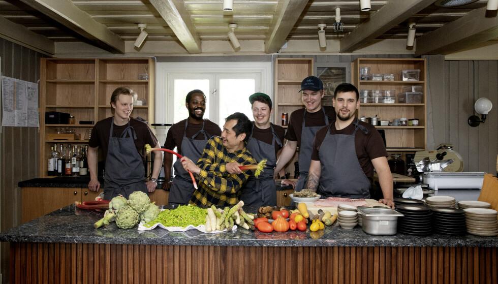 STJERNEGROSSIST: Björn Svensson og hans team på hans nye restaurant Schlägergården på Lilleaker som åpnet i sommer. Foto: Kristin Svorte