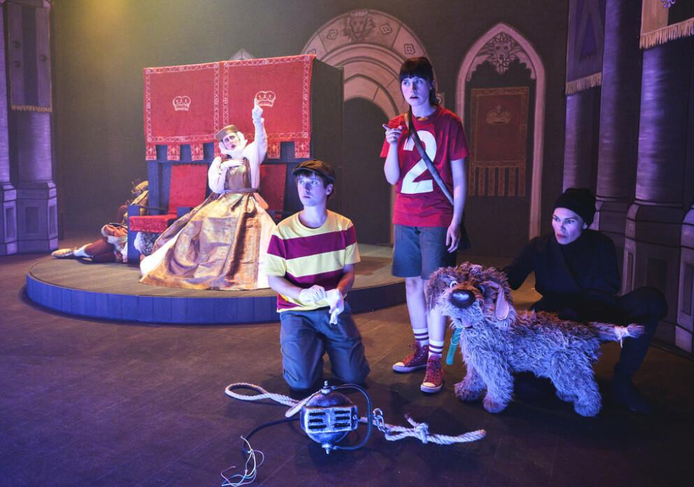 Lars Halvor Andreassen (Oliver), Amalie Ibsen Jensen (Tiril) og Janne Starup Bønes (hunden Åtto) sjarmerer publikum i Detektivbyrå nr. 2 - Operasjon teater (Foto: Dag Jenssen/Riksteatret)