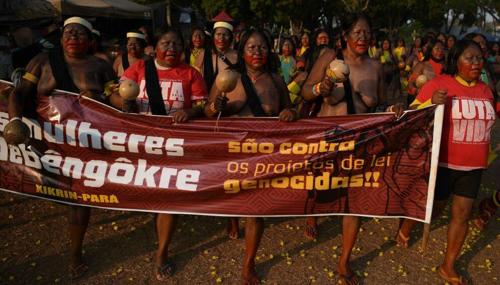 «FOLKEMORD-LOVER»: «Mẽbêngôkre-kvinnene er mot lovprosjektene for folkemord», sto det på et av bannerne under fredagens demonstrasjon. Foto: Carl de Souza/AFP/NTB Scanpix