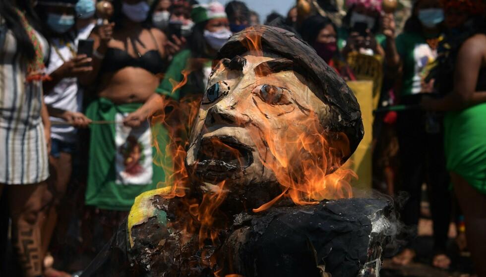 BRENTE BOLSONARO-DUKKE: Deltakerne i urfolkskvinnenes demonstrasjon i Brasilia fredag satte fyr på denne dukken av Brasils president Jair Bolsonaro. Foto: Carl de Souza/AFP/NTB Scanpix