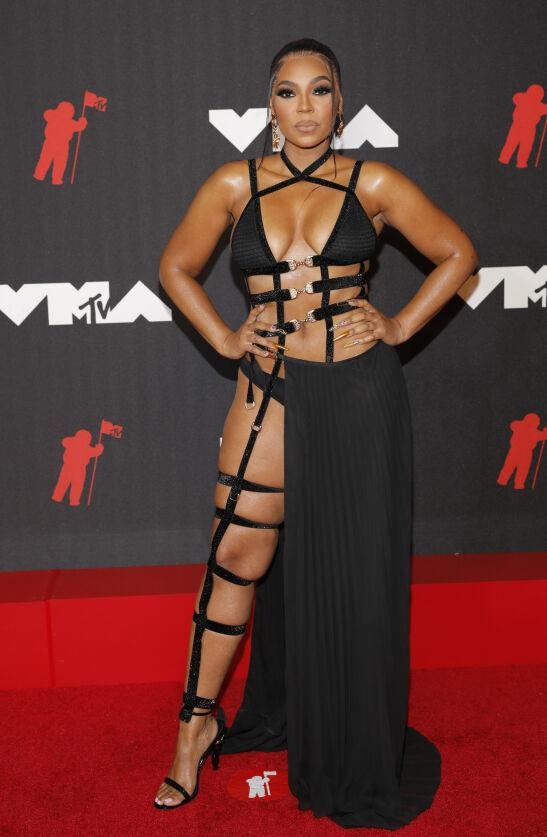 OVERRASKET: I likhet med Megan Fox viste artist Ashanti mye hud i forbindelse med prisutdelingen. Foto: Andrew Kelly/Reuters/NTB