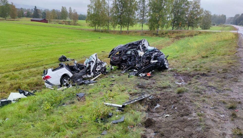 TOTALSKADD: Begge de involverte bilene er totalskadd. Foto: Bengt Andersson / Expressen