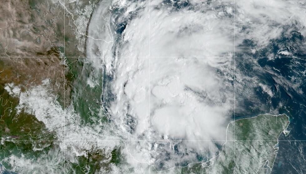 OPPGRADERT: Uværet Nicholas ble oppgradert fra en tropisk storm til en kategori 1-orkan natt til tirsdag. Foto: NOAA / Reuters / NTB