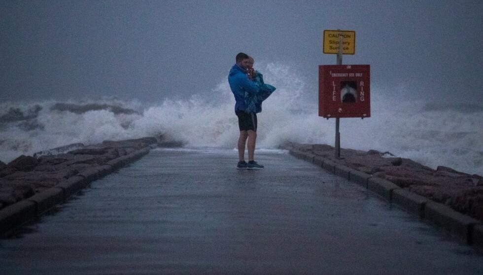 STÅLSETTER SEG: USA stålsetter seg for orkanen Nicholas, som er ventet å nå land i løpet av tirsdag. Foto: Adrees Latif / Reuters / NTB