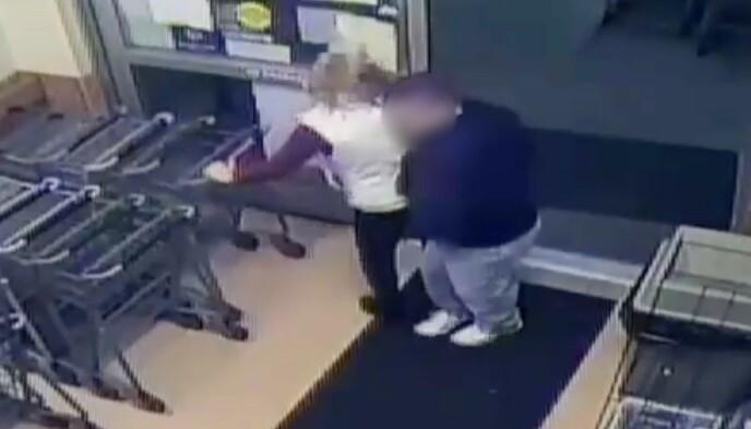STUKKET MED SPRØYTE: Overvåkningsbilder fra supermarkedet viser at mannen kom tett innpå Peters med en gjenstand i hånda. Skjermdump: Anne Arundel County