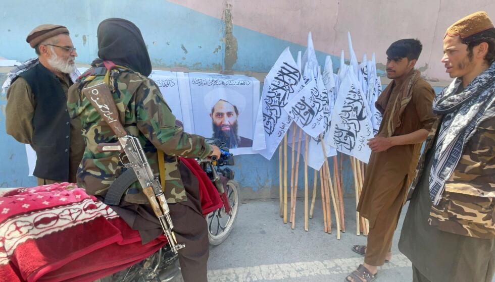 MYSTERIUM: Talibans leder, Mullah Haibatullah Akhundzada, figurerer på plakater i Kabul. Ingen skal ha sett ham på en måned. Foto: Reuters / NTB