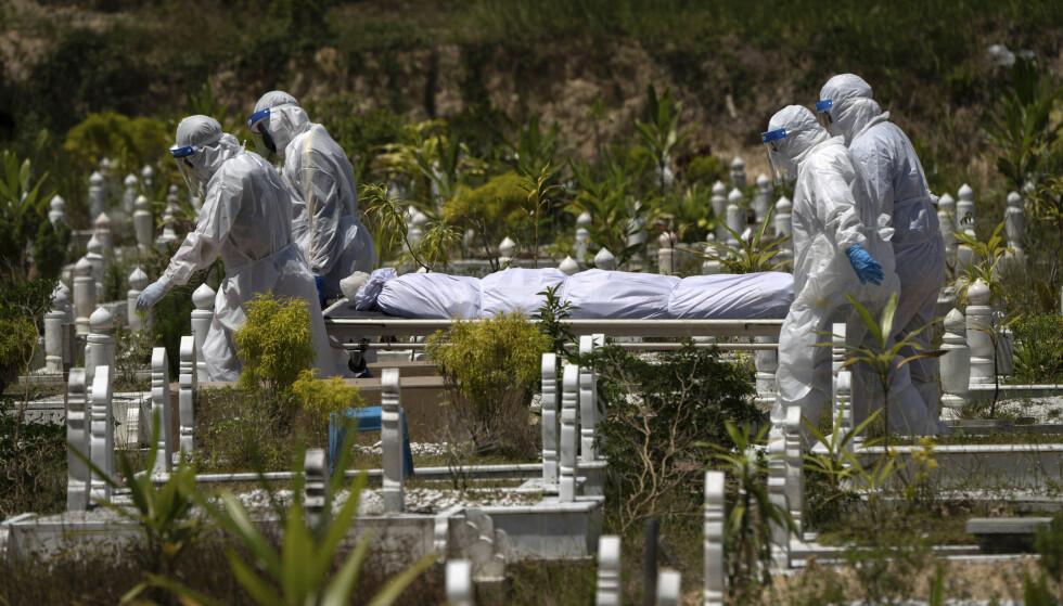 KRISEN: Coronapandemien har preget store deler av verden det siste året. Fortsatt er mange land uten vaksiner, noe som truer verdenssamfunnet, ifølge FN-generalsekretæren. Foto: Vincent Thian / AP / NTB