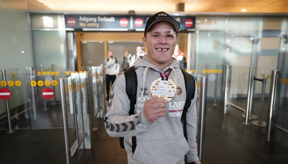 VANT EM-GULL TANNLØS: Morten Thoresen etter EM-gullet i Roma i 2020. Da hadde han allerede gått tannløs i ett år. Foto: Heiko Junge / NTB