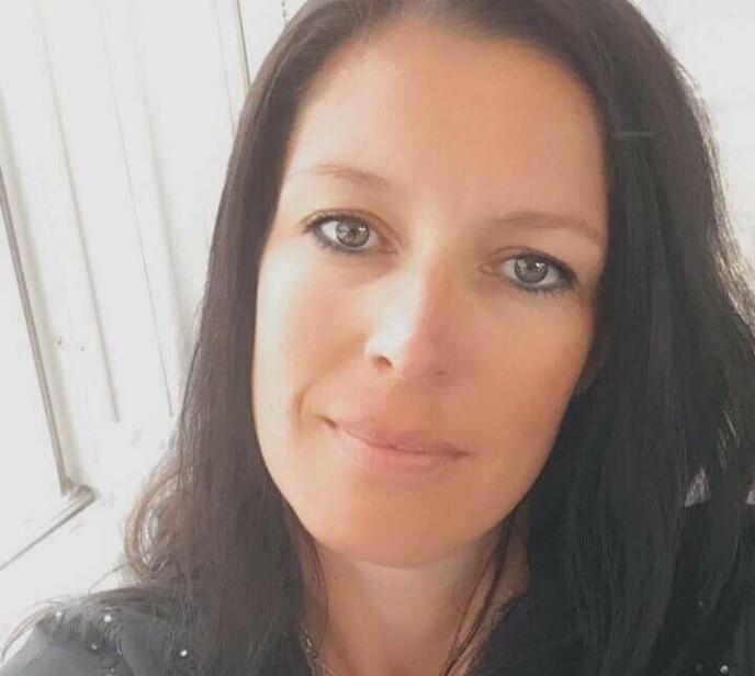 SJOKKERT: Yvonne Tomlinson, miljøarbeider på skolen, fikk høre at det var en elgkalv og ble sjokkert da hun så hvor stor den var. Foto: Privat