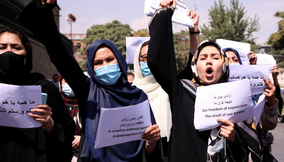 TALIBANS OFRE: Mange frykter at Talibans første ofre vil være millioner av kvinner, skriver innsenderen. Her demonstrerer kvinner 3. september til forsvar for de rettigheter de har vunnet før Taliban tok over. Foto: Reuters/NTB