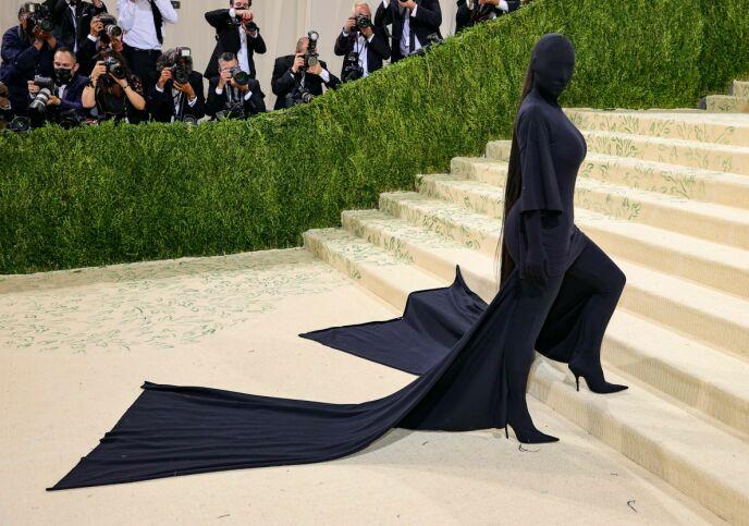 VEKKET OPPSIKT: Kim Kardashian var knapt til å kjenne igjen under den svarte maska. Likevel visste «hele» verden hvem det var som gjemte seg bak. Foto: Theo Wargo / Getty Images / AFP / NTB