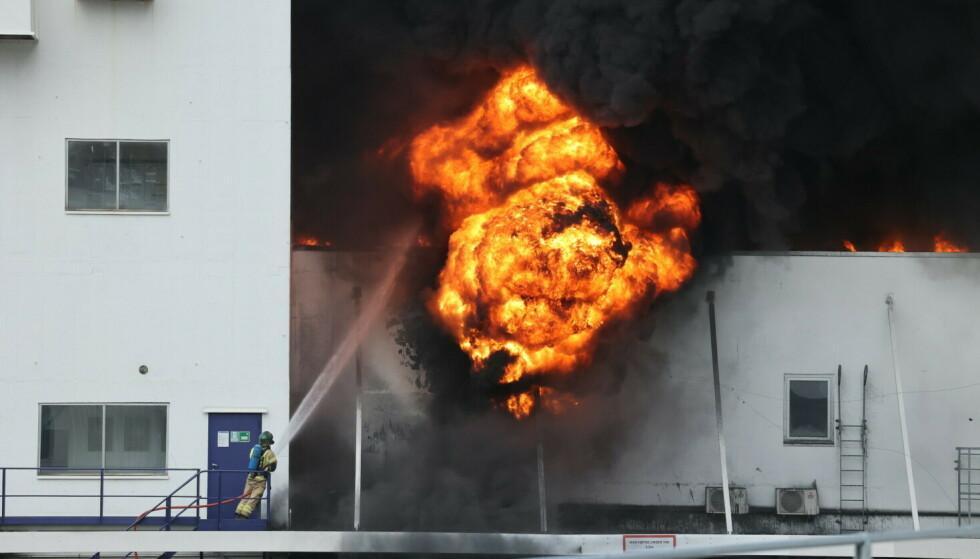 BRANN: Det brant kraftig i et av byggene på Jotun-fabrikken onsdag ettermiddag. Foto: Geir Eriksen