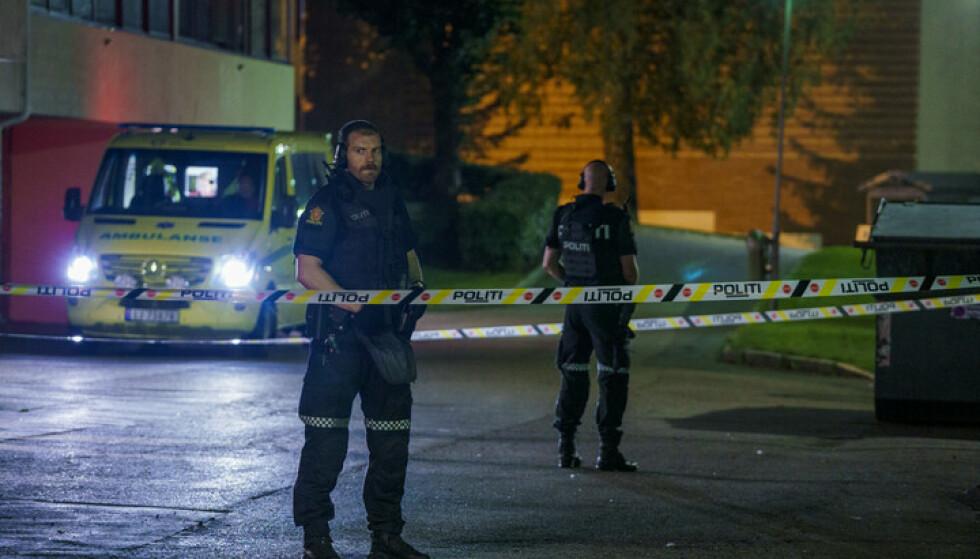 ALVORLIG: Politiet rykket ut med store ressurser etter at to menn ble truffet av skudd på Trosterud i Oslo i august. Foto: Stian Lysberg Solum / NTB