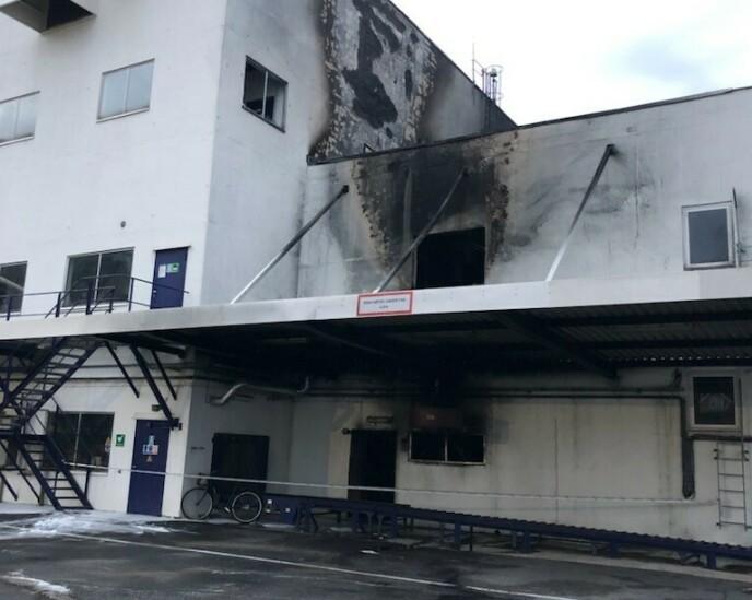 KRAFTIGE MERKER: Brannen har etterlatt seg solide merker på utsiden av bygget. Foto: Jotun