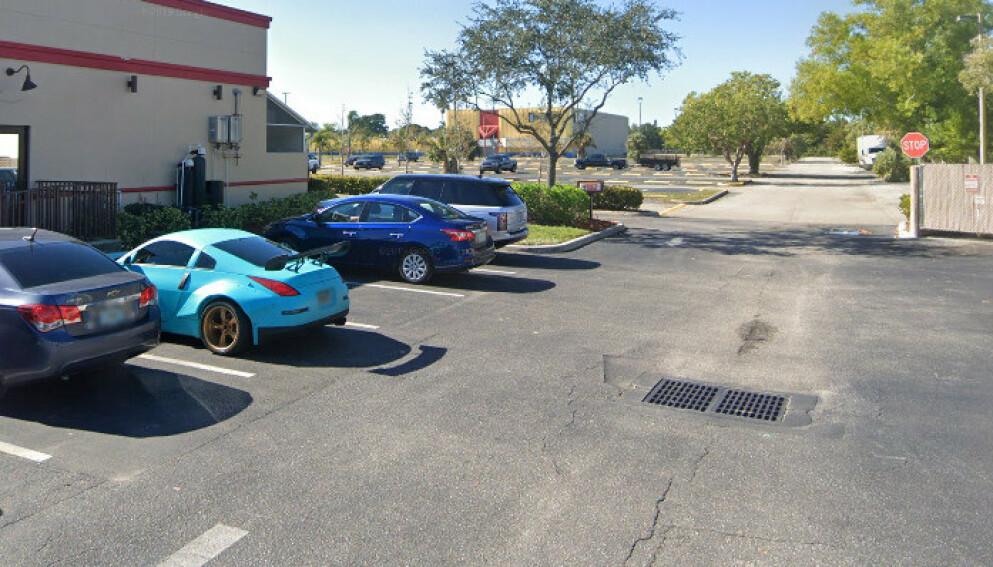 FUNNSTEDET: Det skal være i denne kummen, på en parkeringsplass i Fort Myers i Florida, at den nakne kvinnen ble funnet. Foto: Skjermdump Google Maps