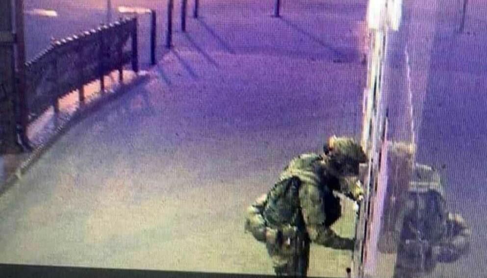 STRIDSUNIFORM: Dette bildet skal stamme fra et overvåkningskamera og skal vise den mistenkte mannen før han detonerte en sprengladning utenfor politistasjonen i Liski, 60 mil sør for Moskva.
