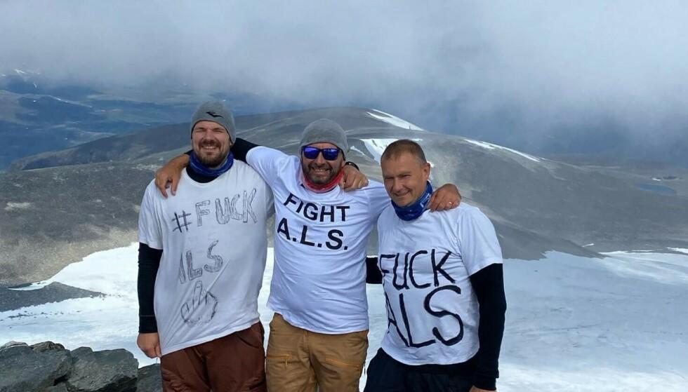 DRØMMEN OPPFYLT: Glenn Råna (i midten) kom seg til Norges høyeste punkt takket være brødrene Christian André Råna og Tommy Råna.Foto: Privat