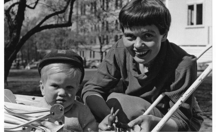 ROLIGE DAGER: Magnus på bytur mer mor i 1954. Foto: Kagge