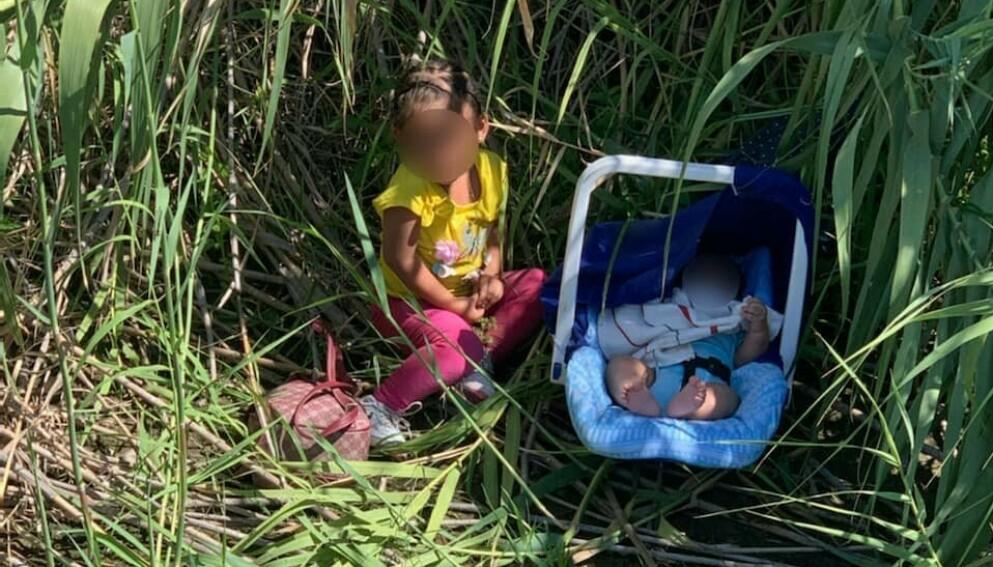 FORLATT: Her ble de to små barna oppdaget av grensepolitiet. Foto: U.S. Customs and Border Protection