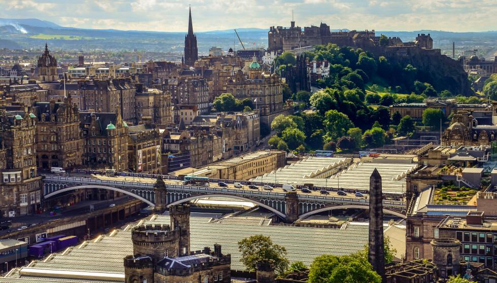 KRISE: Man må vente i timesvis i kø før ambulansene dukker opp i Skottland. Nå tar myndighetene grep. Her illustrert ved hovedstaden Edinburgh. Foto: Shutterstock / NTB