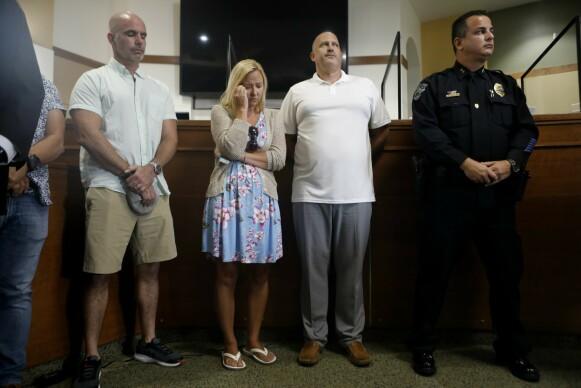 TÅREVÅTT: Gabby Petitos stemor Tara Petito og far Joe Petito under politiets pressekonferanse i North Port i Florida 15. september, da det ble lett med lys og lykte etter 22-åringen. Foto: Octavio Jones / Getty Images / AFP / NTB