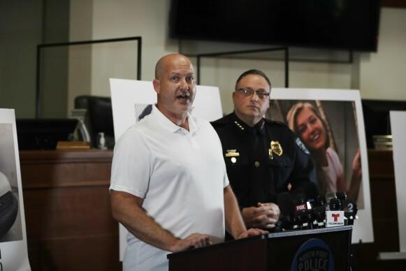 FORTVILET: Gabby Petitos far Joe Petito under en pressekonferanse i North Port i Florida 16. september. Foto: AFP