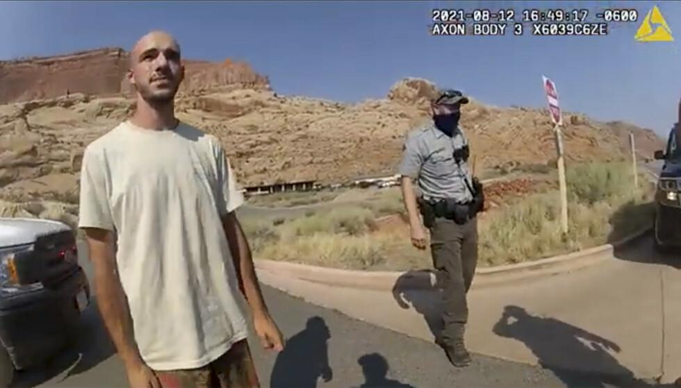 KRANGLET: Gabby Petitos kjærest, Brian Laundrie, snakker med politiet i Moab i Utah etter at paret ble stoppet 12. august. Foto: The Moab Police Department via AP