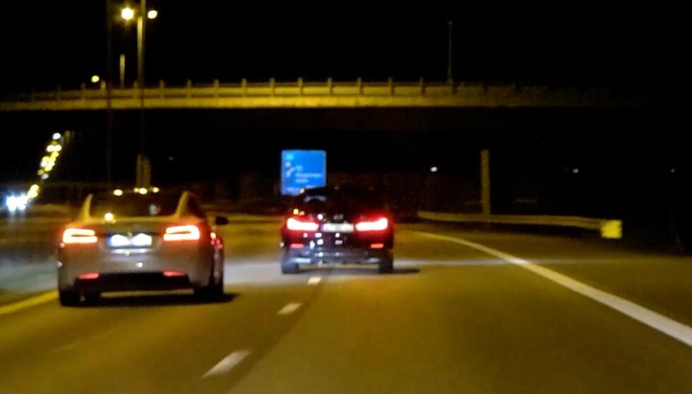 HØY HASTIGHET: Her filmer politiet to biler i høy hastighet på E6. Foto: Politiet