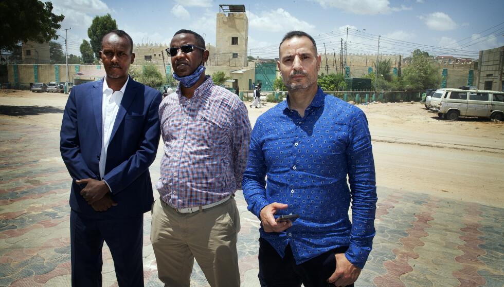 I SOMALILAND: Den 55 år gamle norske statsborgeren sitter med en dødsdom hengende over seg i Hargeisa i Somaliland. Mannens bistandsadvokat Farid Bouras til (t.h) og sønnen Rashid foran fengselet. til venstre står den lokale advokaten. Foto: Henning Lillegård / Dagbladet