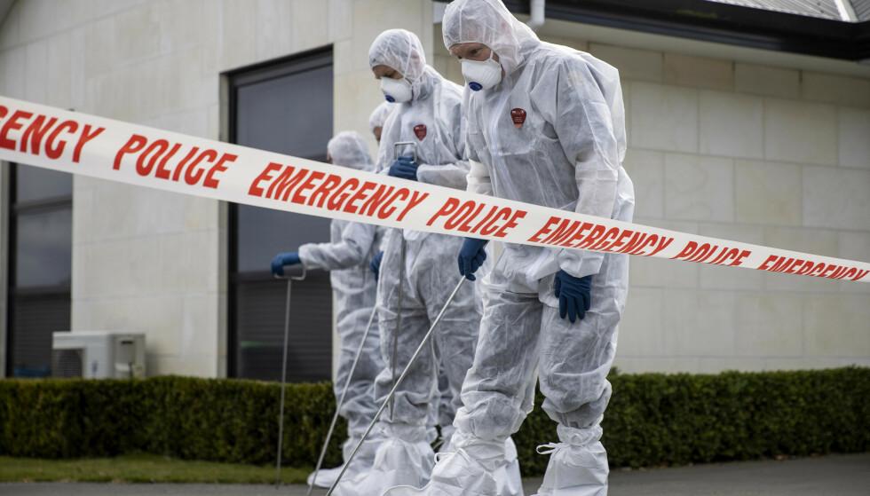 DØDE: Politiet gjør undersøkelser i oppkjørselen utenfor huset hvor de tre jentene ble drept. Foto: George Heard / New Zealand Herald / AP / NTB