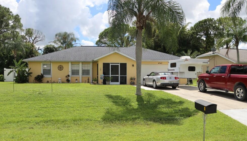 UNDERSØKELSER: FBI gjorde fredag undersøkelser av blant annet en sølvgrå Ford Mustang parkert utenfor huset til Brian Laundrie i Florida. Foto: momandpaparazzi.com / SplashNews.com / NTB