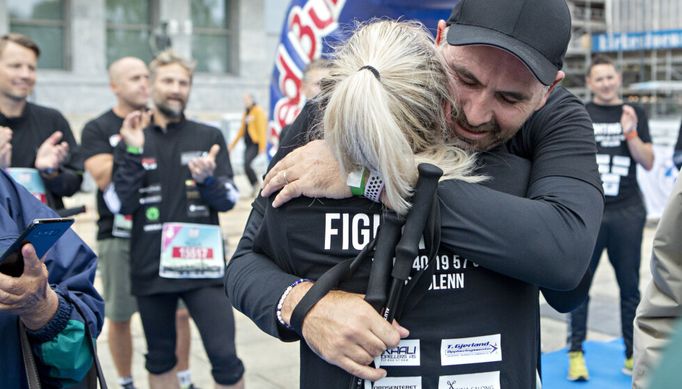 FØLELSESLADD: Ulrikke fikk en god klem av faren sin etter at de hadde krysset målstreken. Foto: Frank Karlsen / Dagbladet