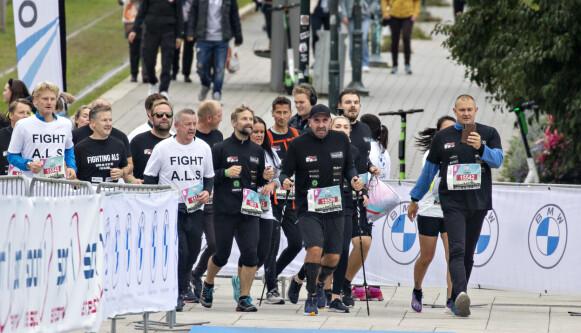 LØP SAMMEN: Glenn Råne løp 1 mila under årets Oslo Maraton. Trebarnspappaen fikk stor støtte i familie og venner som løp med ham på distansen . Foto: Frank Karlsen / Dagbladet