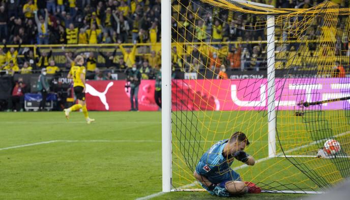 I MÅL: Andreas Luthe strekker seg forgjeves, mens Haaland allerede feirer i bakgrunnen. Foto: AP