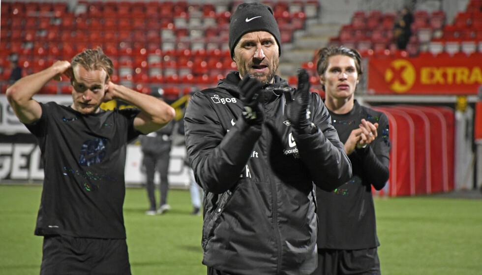 SPILTE UAVGJORT: Eirik Horneland takker fansen etter uavgjort mot Tromsø. Foto: Rune Stoltz Bertinussen / NTB