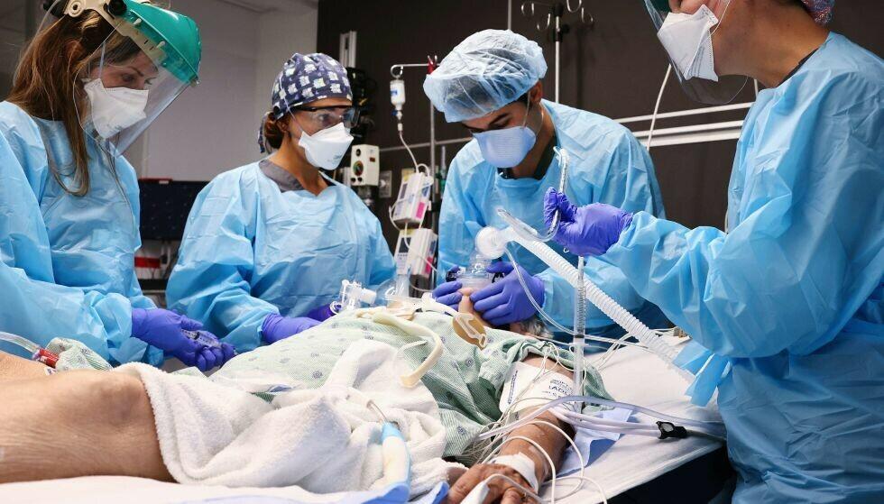 OVERFYLTE SYKEUS: Mange sykehus i USA er overbelastet og fulle av coronasyke pasienter. Det får store konsekvenser for personer med behov for helsehjelp. Her fra sykehuset Lake Charles Memorial Hospital, hvor leger behandler en coronapasient. Foto: NTB