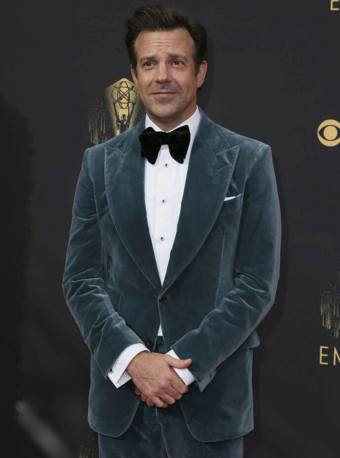 VINNER: Jason Sudeikis vant pris under nattens utdeling for rollen som Ted Lasso i serien med samme navn. Foto: Danny Moloshok / Invision for Television Academy / AP Images / NTB