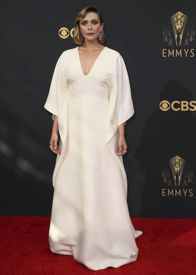 HVITT: Skuespiller Elizabeth Olsen ankom den røde løperen i en kjole designer av søstrene hennes, Mary-Kate og Ashely Olsen. Foto: Danny Moloshok / Invision for Television Academy / AP Images / NTB