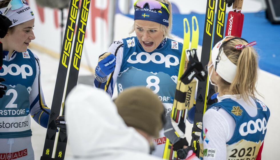DISKUSJON: Frida Karlsson i samtale med Therese Johaug og Ebba Andersson under VM i Oberstdorf. Foto: Bjørn Langsem / Dagbladet