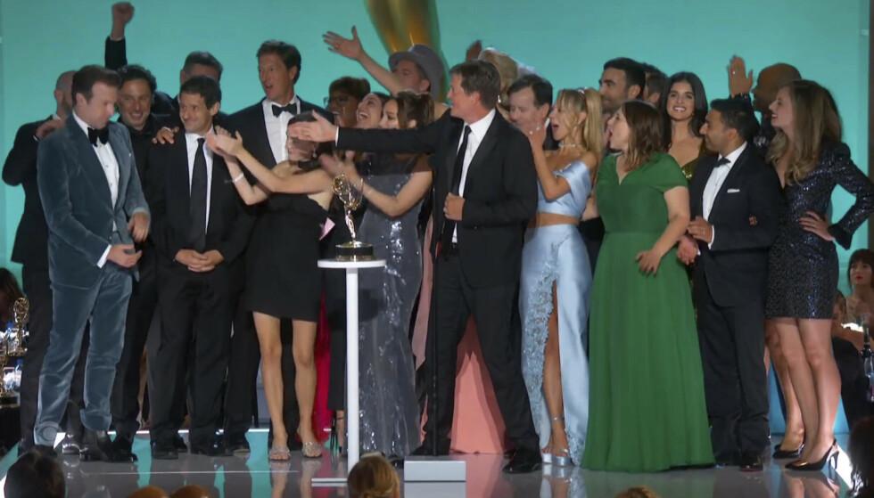 TETT I TETT: Det mangler både sosial distansering og munnbind under nattas Emmy-utdeling. Det får flere til å rase på sosiale medier. Foto: Television Academy / AP / NTB