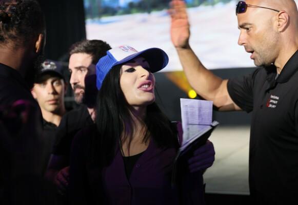 KASTET UT: Laura Loomer blir eskortert ut etter å ha avbrutt Jack Dorsey under hans tale på Bitcoin 2021-konferansen i Miami i Florida i juni. Foto: Getty Images/AFP