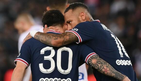 STØTTE: Neymar viser sin støtte til Lionel Messi, som ikke har fått ting til å stemme i PSG riktig ennå. Foto: Franck Fife / AFP / NTB