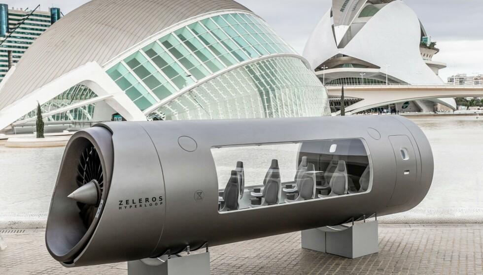 HYPERLOOP-POD: Slik ser en Z01 Hyperloop-pod ut. Denne står utstilt i Ciutat de les Arts i les Ciénces i Valencia, Spania. Foto: Zeleros