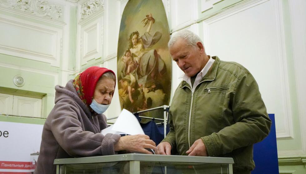 STEMMER UNDER EN HØYERE HIMMEL?: Velgere stemmer i et tidligere palass i St. Petersburg. Foto: AP/NTB