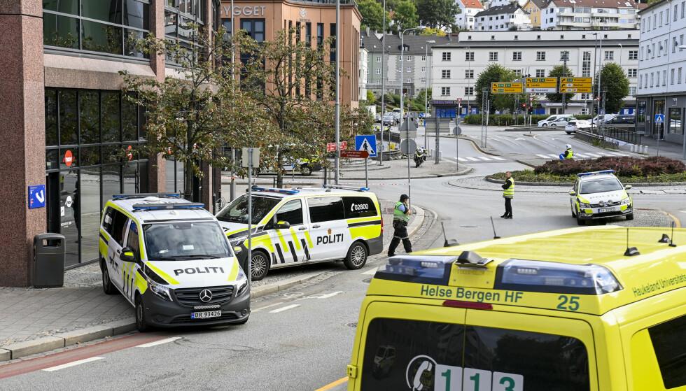 VÆPNET AKSJON: Politi og ambulanser rykket ut til et Nav-kontor i Bergen i formiddag. Foto: Marit Hommedal / NTB