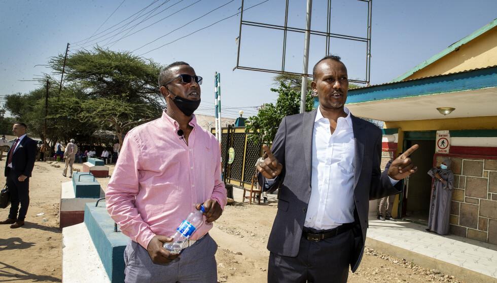 I SOMALILAND: Rashid Yusef (t.v.) er sønnen til Saad Jirde (55), som er dømt til døden i Somaliland. Her er han sammen med farens lokale advokat utenfor høyesterett i Hargeisa. Foto: Henning Lillegård / Dagbladet